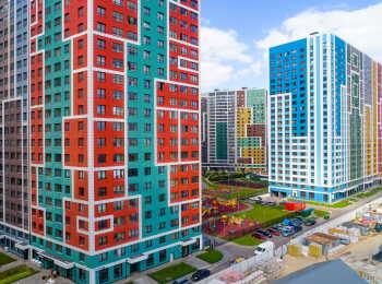 Яркие фасады 2 и 3 корпусов